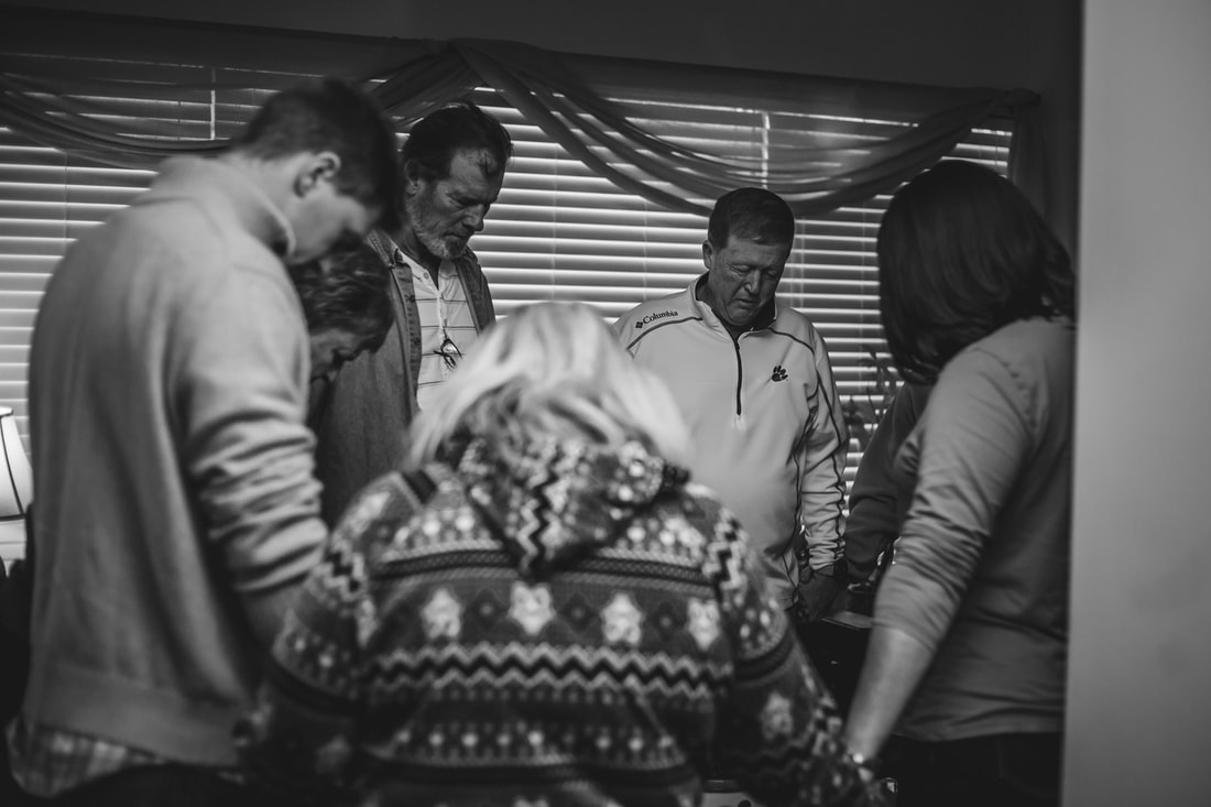Family praying before birth charleston birth photography